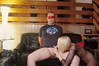 Blindfolded boyfrend receives a orall-service