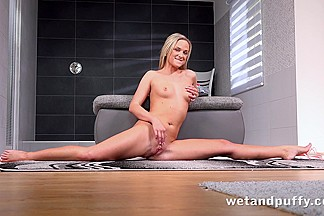 Czech darling Vinna Reed plays with her pussy